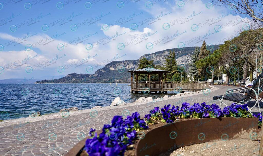 Garda – lakefront with flowers