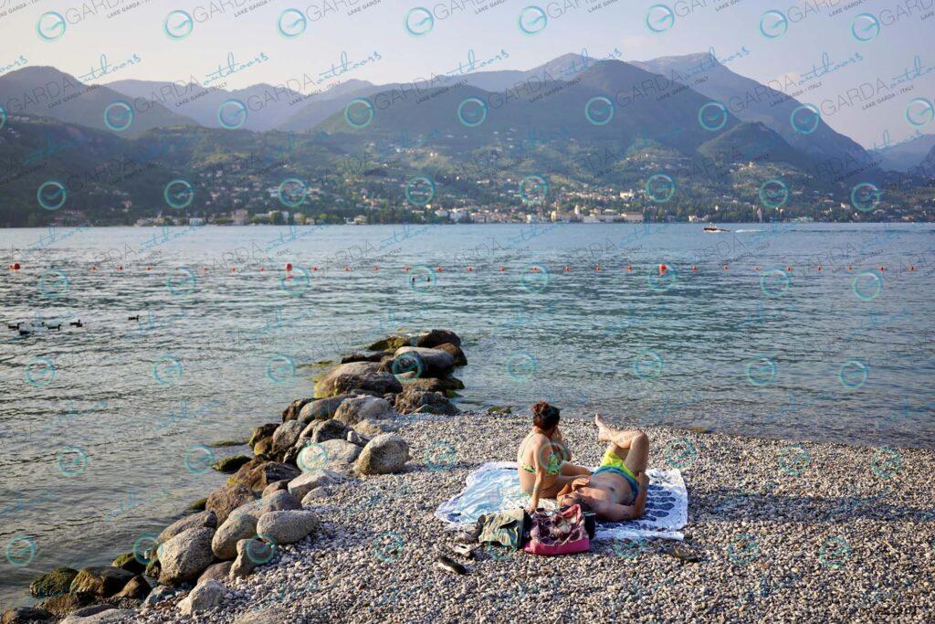 San Felice del Benaco / Portese – a couple on the beach
